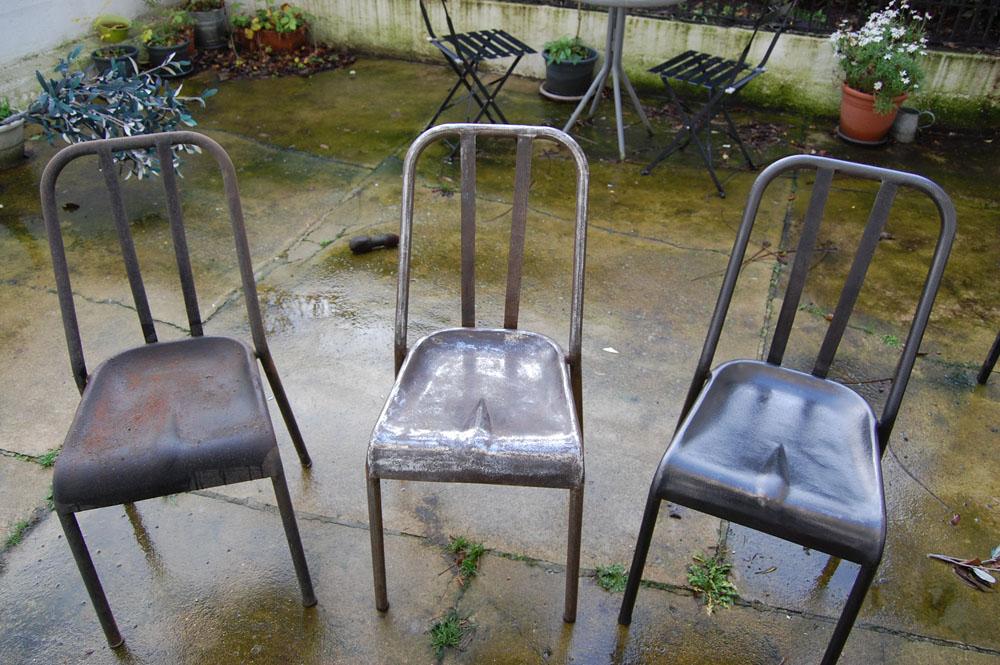 chaise en métal décapées